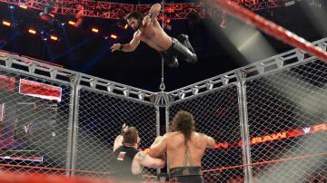 Reings se impone a Owens en la jaula de acero, en 'RAW'