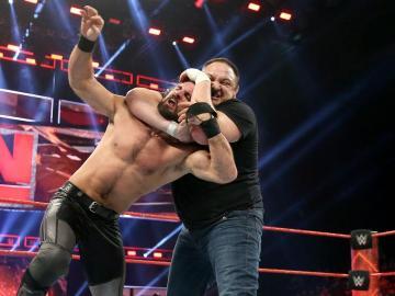 Samoa Joe llega a 'Raw' para destrozar a Rollins