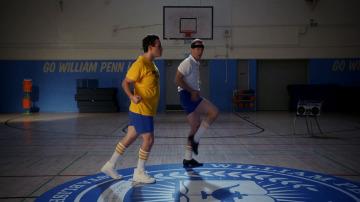 Barry aprende a bailar con su profesor de educación física