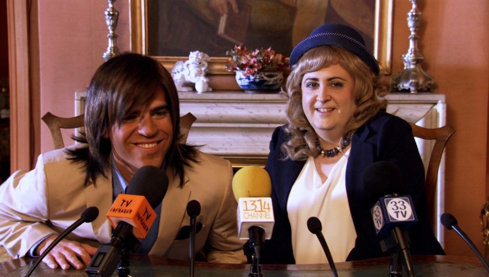 Zeus y Miss Coconut dan una rueda de prensa