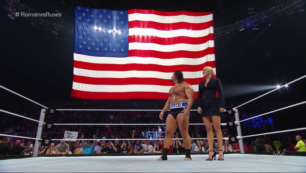 Rusev se ríe de la bandera estadounidense en el ring de Smackdown