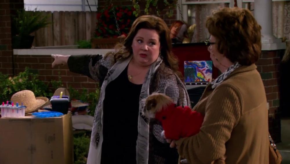 Frame 71.005567 de: Molly monta un mercadillo en el jardín de su casa