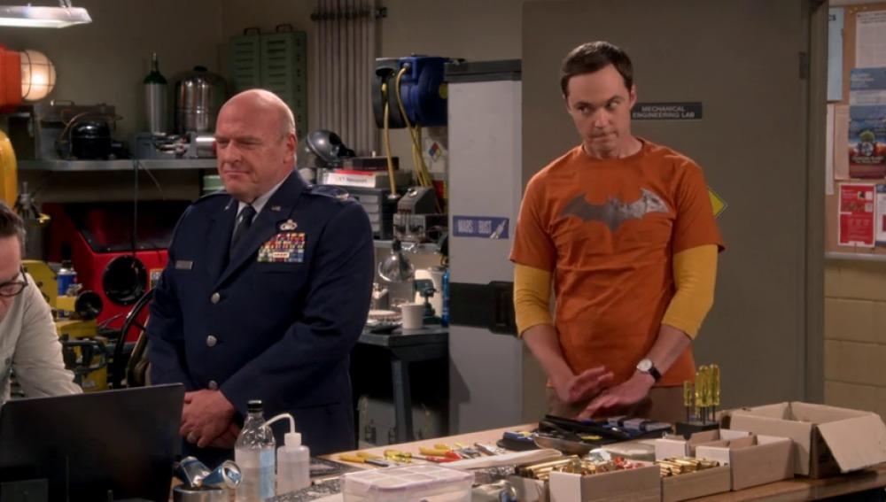 Frame 15.378618 de: Sheldon no puede mantener la boca cerrada