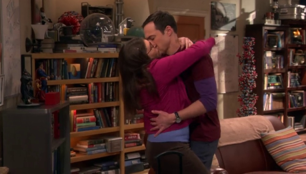 Frame 7.287087 de: El morreo de Sheldon y Amy que deja perplejos a Leonard y Penny