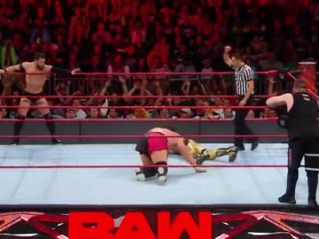Frame 204.964285 de: Enzo & Big Cass vs. Cesaro & Sheamus