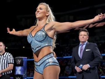 Charlotte se lleva el Main Event por descalificación