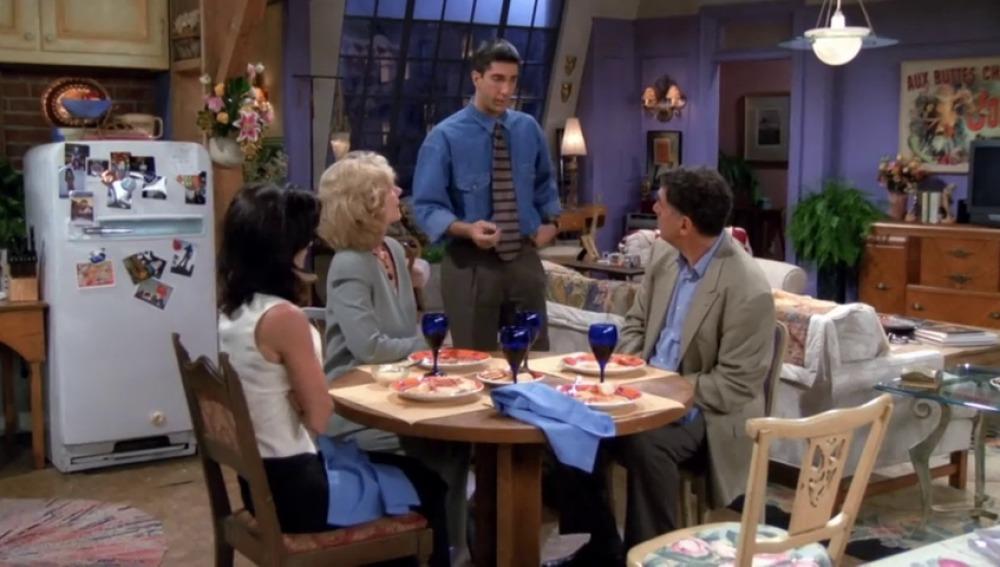 La pesadilla de Mónica al cenar con sus padres
