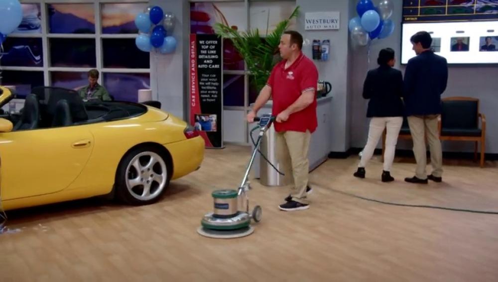 Kevin se infiltra como chico de la limpieza