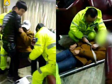 Momento en el que se llevan al joven en ambulancia