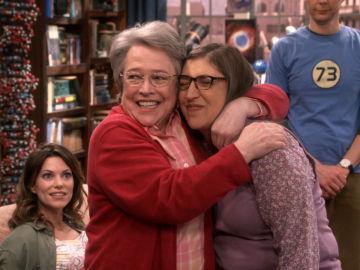 La familia en la boda de Sheldon y Amy