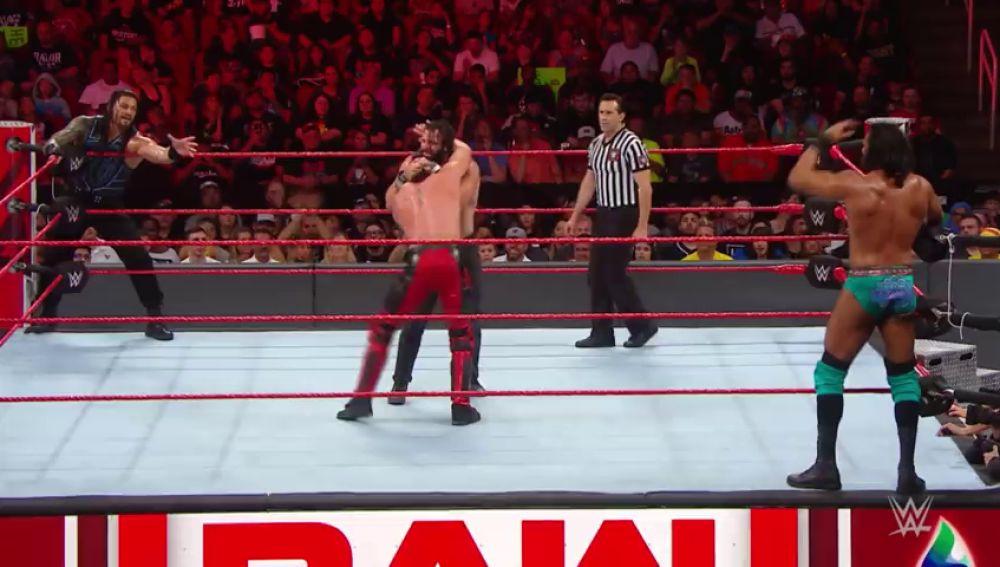 Brutal combate a cuatro entre Jinder Mahal, Elías, Seth Rollins y Roman Reigns