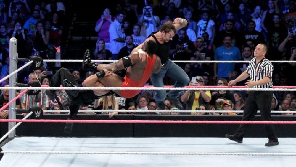Reigns y Ambrose se imponen a los campeones por parejas en 'SmackDown'