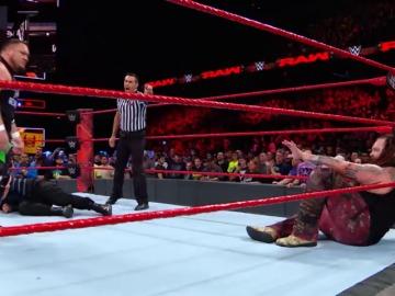 Frame 0.0 de: Samoa Joe no pierde detalle en el combate entre Roman Reigns y Bray Wyatt
