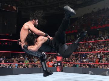 Roman Reigns se impone a su antiguo compañero Rollins