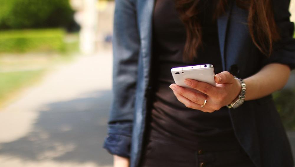 Chico con un smartphone