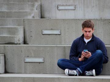 Chico con el móvil