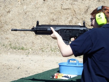 Mujer manejando una AR15