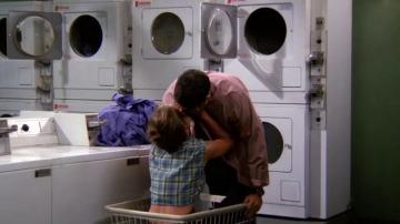 Rachel y Ross se besan por vez primera en una lavandería