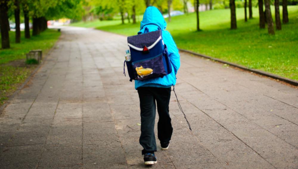 Un niño yendo al colegio