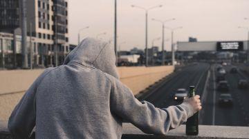 Persona con una botella de cerveza