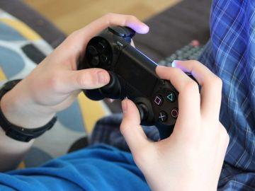 Jugando a PlayStation 4