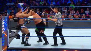 Samoa Joe y Rusev colisionan en el cuadrilátero